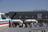 На перроне перед аэровокзалом была выставлена авиатехника