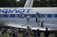 Дети облюбовали крыло Ту-134