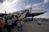 """Желающим посмотреть на салон Boeing 747 авиакомпании """"Трансаэро"""" приходилось отстоять часовую очередь"""