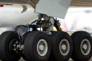 В японском аэропорту Кумамото самолет повредил шасси при посадке