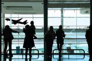 Авиапассажиров высадят из багажных тележек